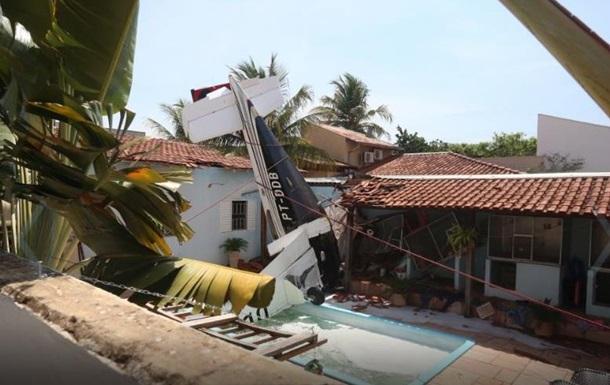 В Бразилии самолет рухнул на жилой дом