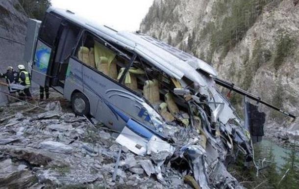 В Танзании автобус упал в озеро: 12 жертв