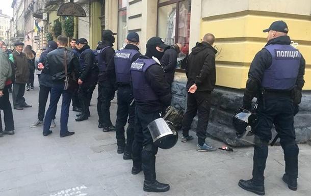 Во Львове задержаны десятки человек с ножами