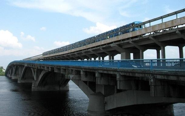 У Києві на тиждень обмежать рух по мосту Метро