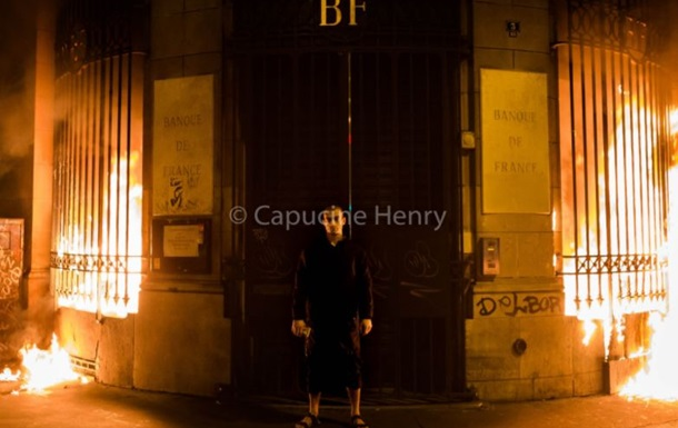 Скандальний російський художник підпалив Банк Франції
