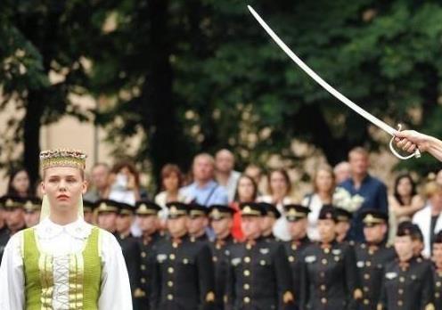 Литва беднеет, но вооружается