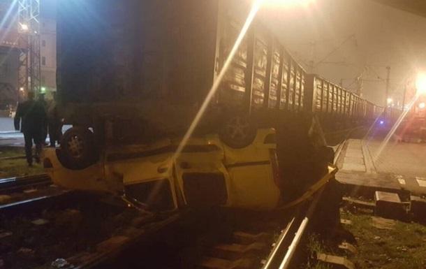 В Одесі вантажний поїзд розчавив машину