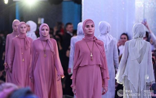 Дочь Кадырова показала коллекцию роскошной одежды