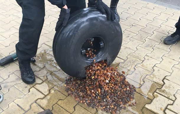 На кордоні в баку авто виявили 22 кг бурштину