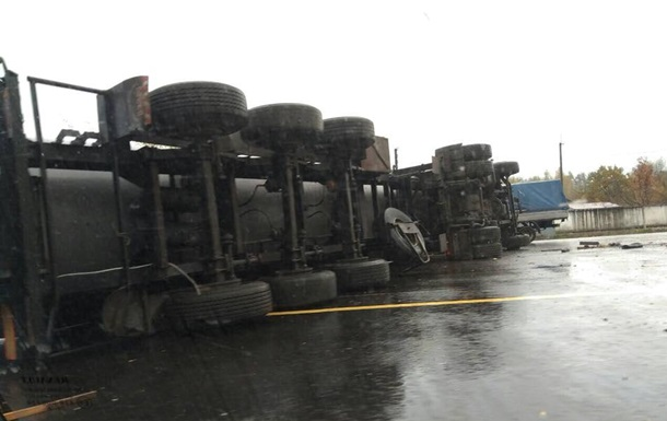 У Київській області перекинулася вантажівка з аміаком
