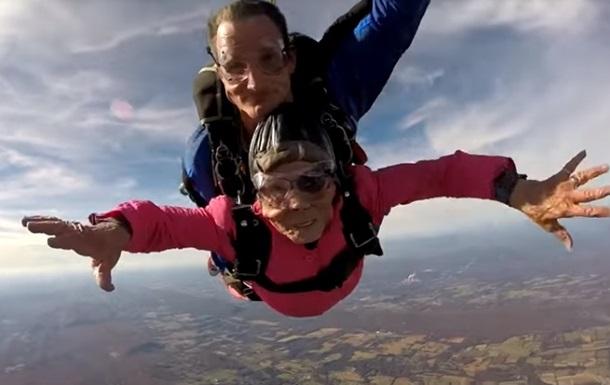 Бабуся відсвяткувала 94-річчя стрибком із парашута
