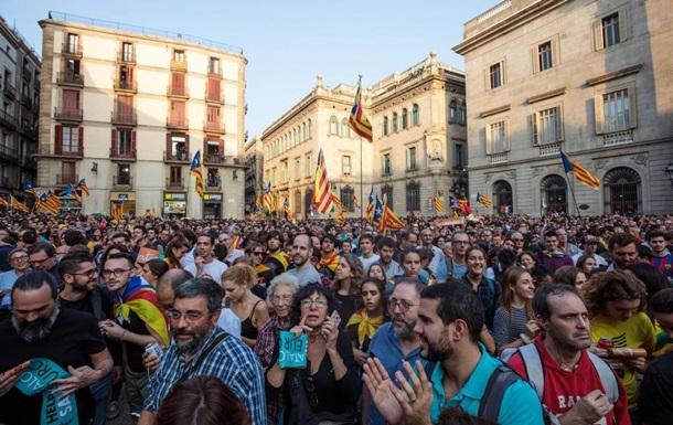 В Каталонии начали снимать испанские флаги с админзданий