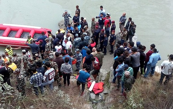 В Непале автобус свалился в реку, погибли более 30 человек