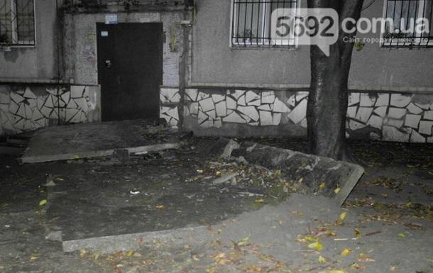 В Каменском рухнувший козырек подъезда убил подростка