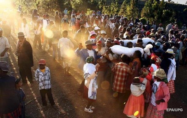 На Мадагаскаре запретили танцы с покойниками