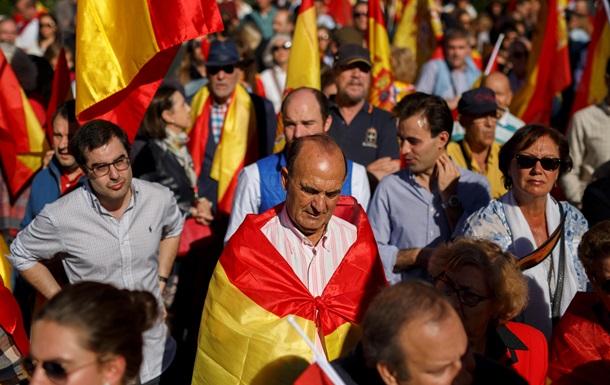 В Барселоне десятки тысяч людей вышли на акцию протеста