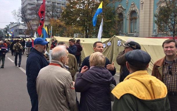 Под Радой продолжают митинговать 200 человек