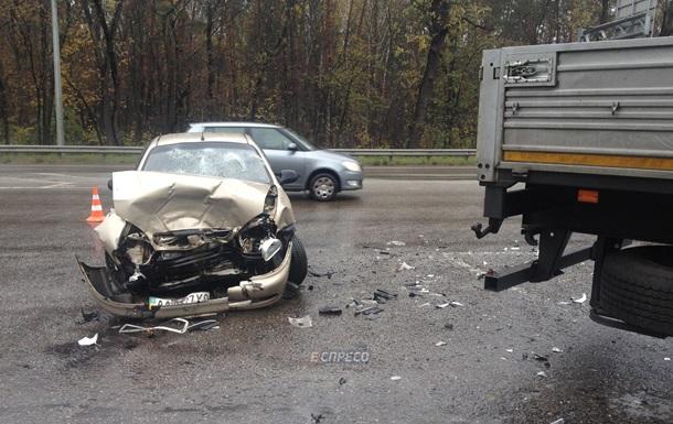 В Киеве легковушка врезалась в прицеп фуры: четверо пострадавших