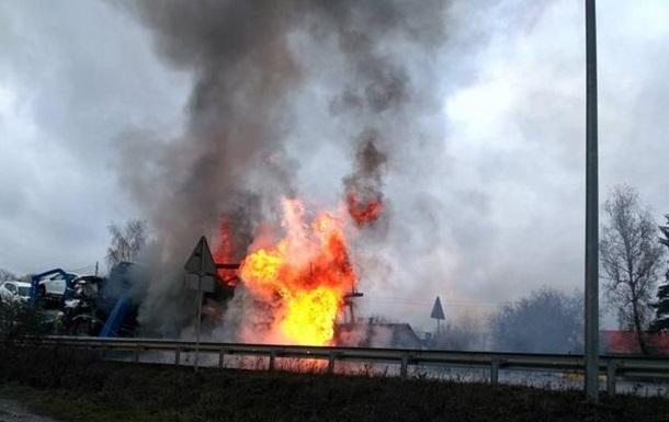 В Ровенской области загорелся грузовик, перевозивший авто