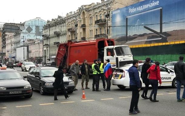 У центрі Києва затримали чоловіка з прапором Росії