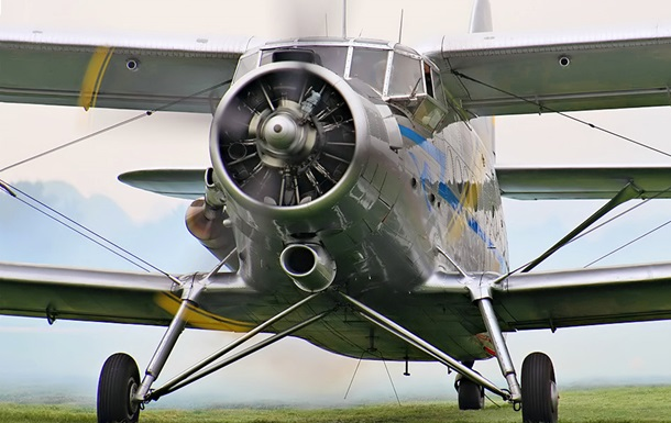 В России самолет упал между домами, погиб пилот