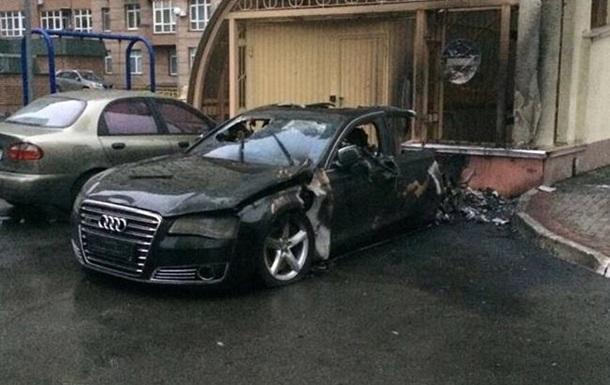 У Києві вибухнуло і згоріло Audi