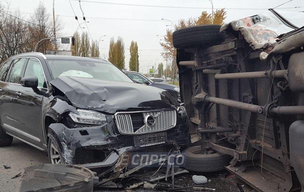 У Києві зіткнулися позашляховик і маршрутка, є постраждалі