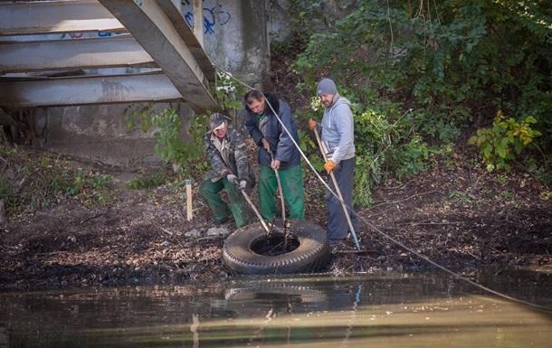 В центральном парке Запорожья из озера извлекли 21 тонну мусора