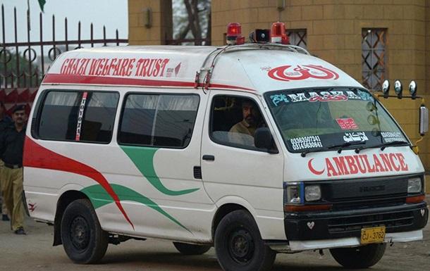 В Пакистане пассажирский автобус слетел с моста