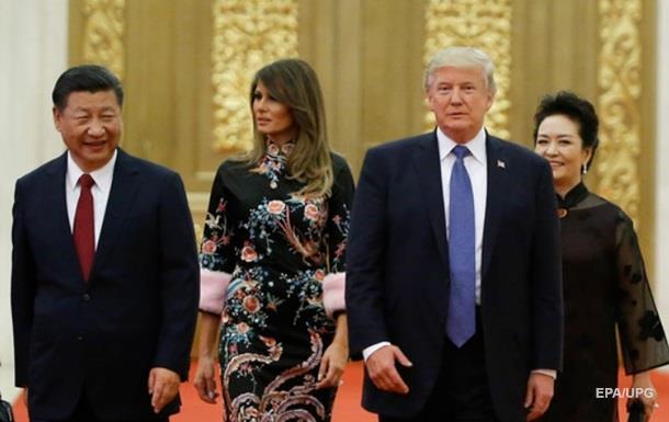 Мелания Трамп впечатлила эффектным платьем-кимоно