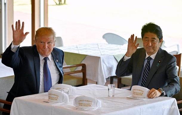 Прем єр Японії впав у яму під час гольфу з Трампом