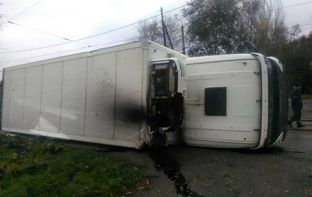 В Запорожье перевернувшийся грузовик заблокировал трамваи