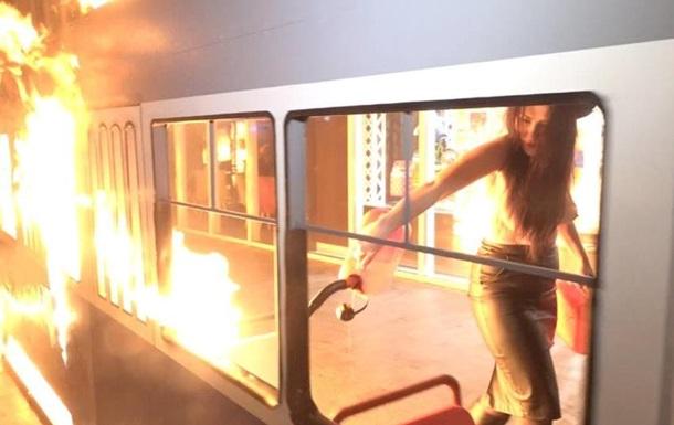 В Виннице активистка подожгла декоративный трамвай возле магазина Roshen