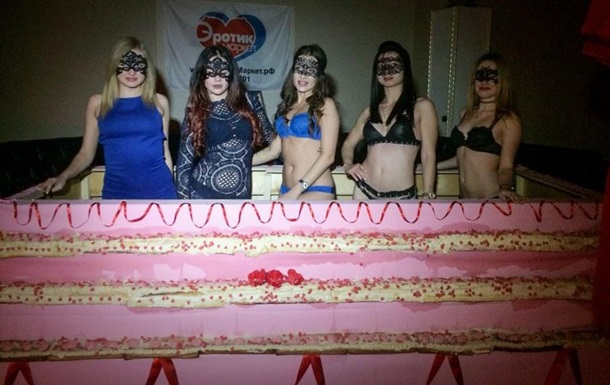 В России стриптизерши испекли рекордный торт