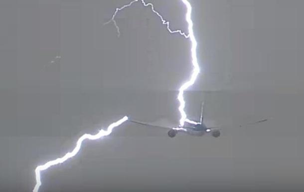 В аэропорту Амстердама молния попала в Boeing