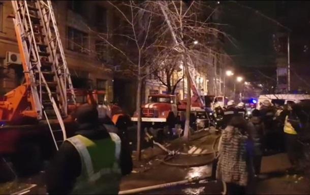 В центре Киева загорелся жилой дом