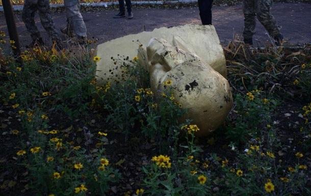 Під Одесою знесли пам ятник Леніну