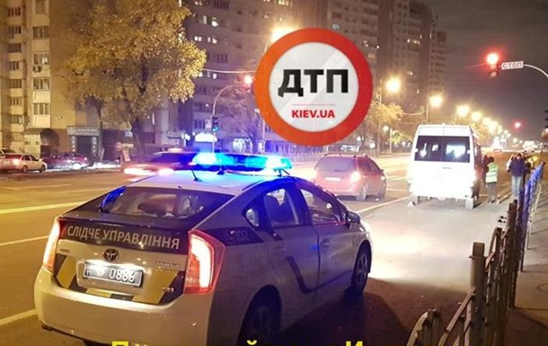В Киеве на переходе сбили мужчину: тело отбросило под два авто
