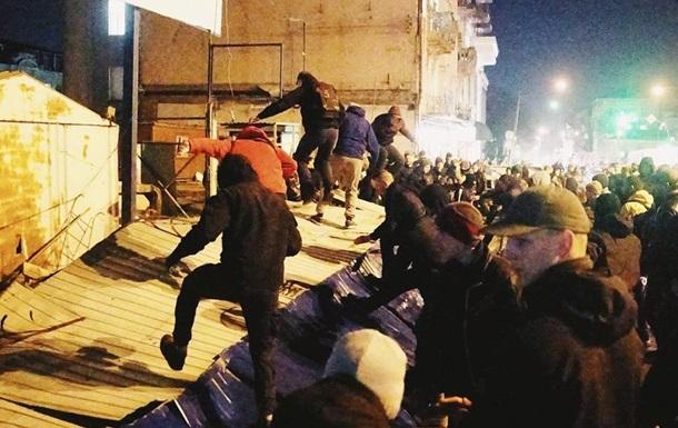 В Киеве разгромили застройку на Сенном рынке