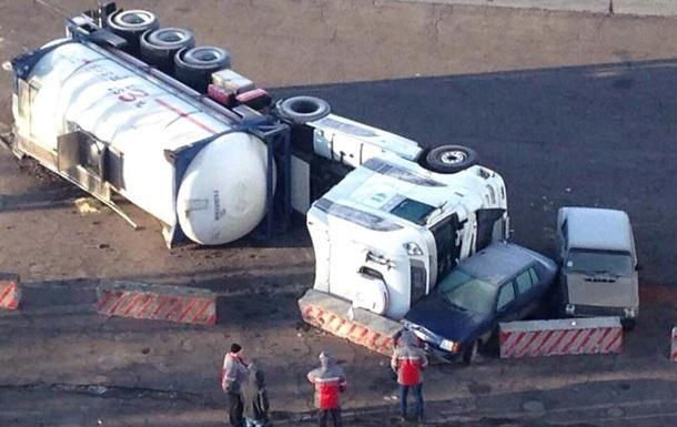 У Донецькій області перекинувся бензовоз, зачепивши ще дві машини