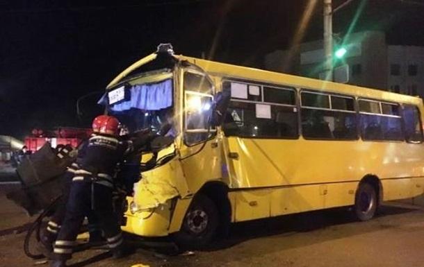 У Черкасах маршрутка врізалася у вантажівку: вісім постраждалих