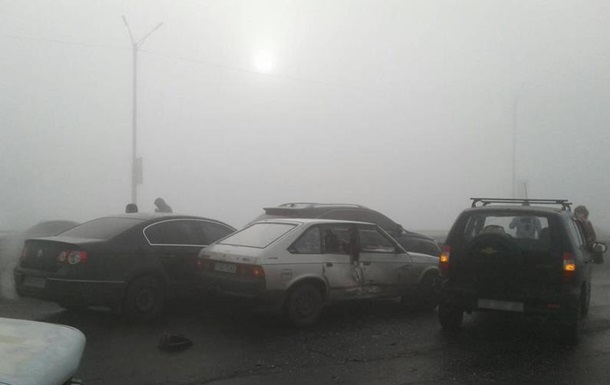 У Кам янському через туман зіткнулися десять авто