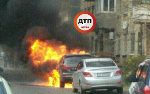 В Киеве загорелся автомобиль