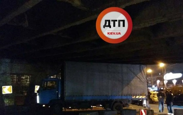 У Києві під Шулявським мостом застрягла вантажівка