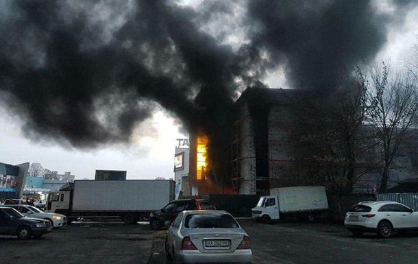 В Киеве горит магазин стройматериалов