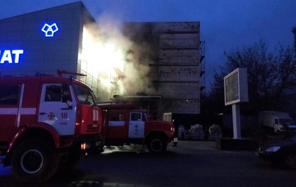У Києві загасили пожежу в будівельному магазині