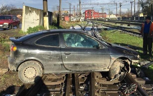 На Львовщине на железнодорожных путях бросили авто на еврономерах