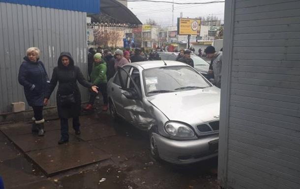 В Киеве Daewoo Lanos врезался в магазин