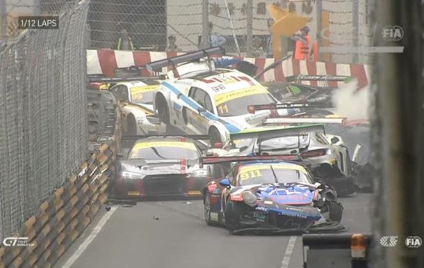 Во время гонки в Макао разбились 16 спорткаров