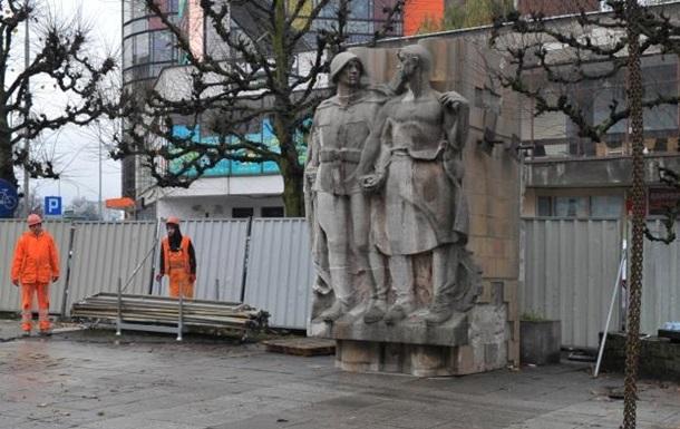 У Польщі розібрали Пам ятник подяки радянській армії