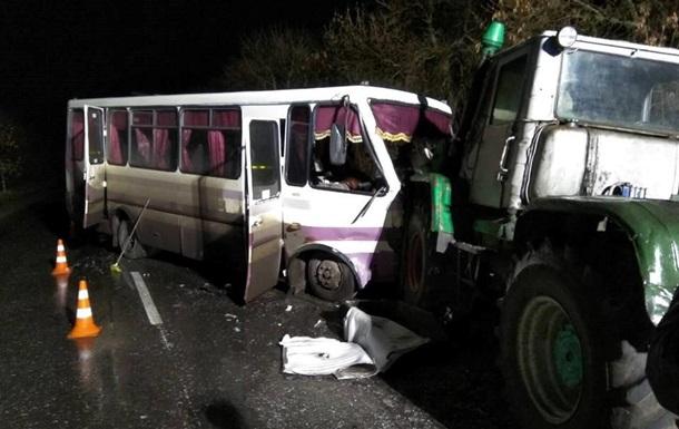 В Луганской области столкнулись автобус и трактор: 13 пострадавших