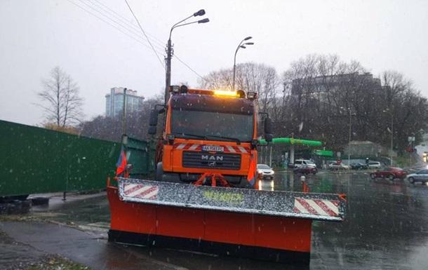 В Киеве из-за снегопада на дороги выехала спецтехника