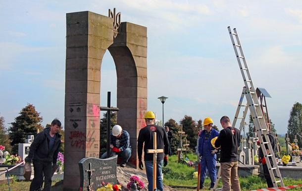 В Польше вымостили дорогу обломками памятника воинам УПА
