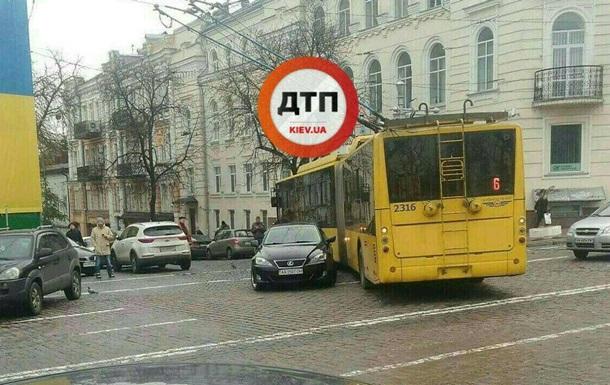 У Києві припарковане посеред дороги авто паралізувало рух